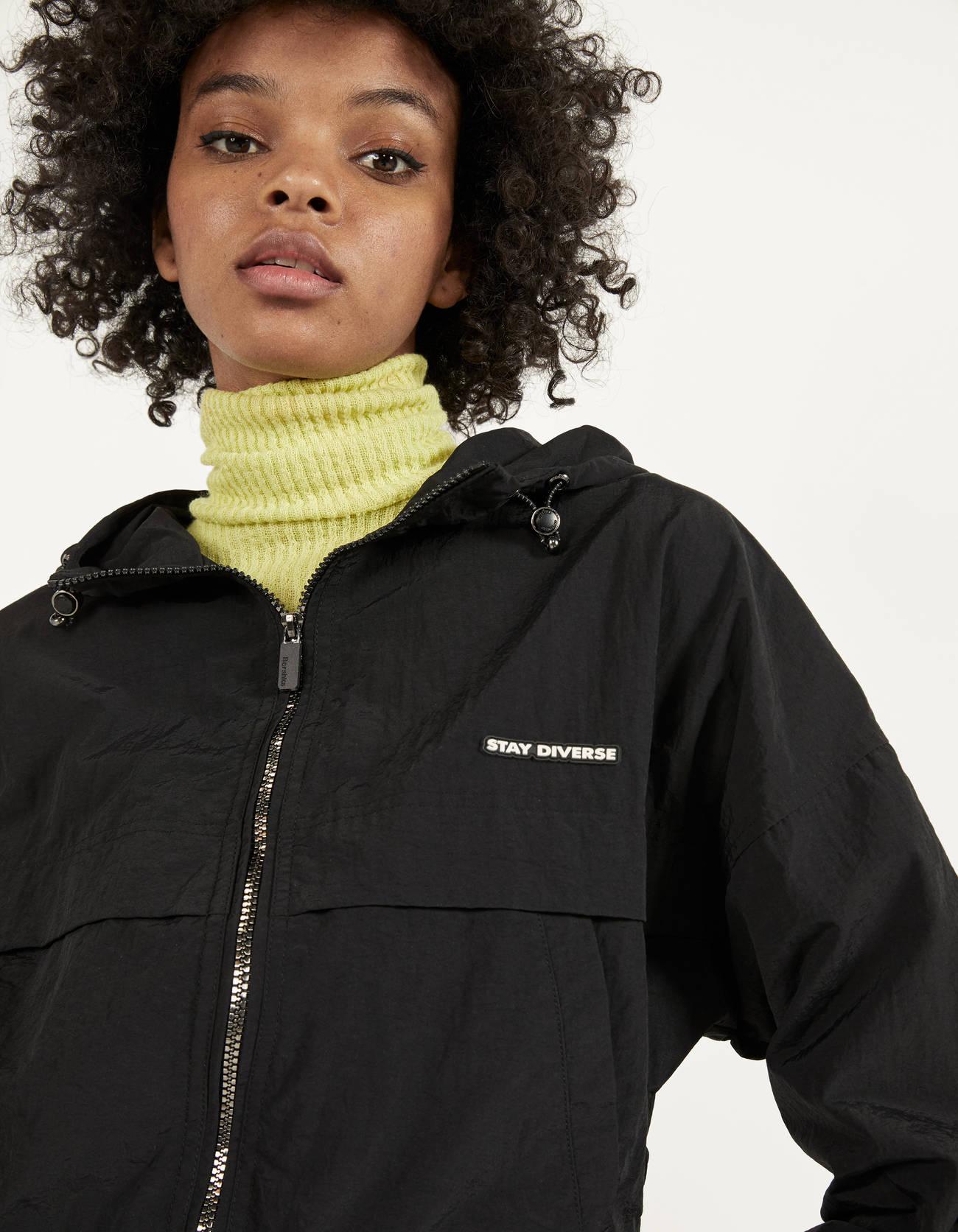 Куртка с капюшоном и светоотражающими деталями ЧЕРНЫЙ Bershka