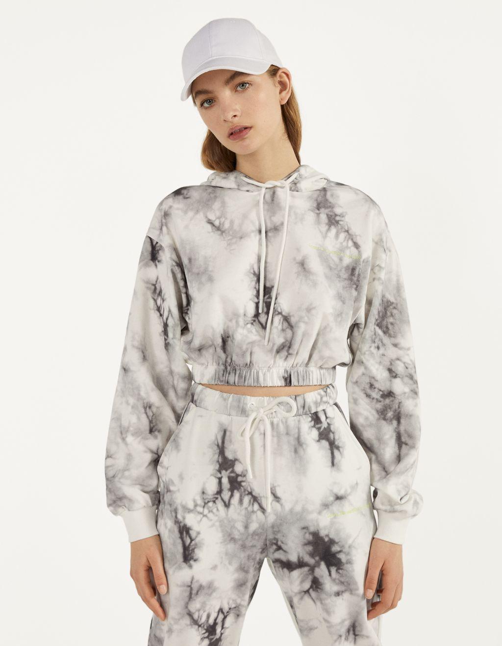 Batikos būdu margintas džemperis su gobtuvu