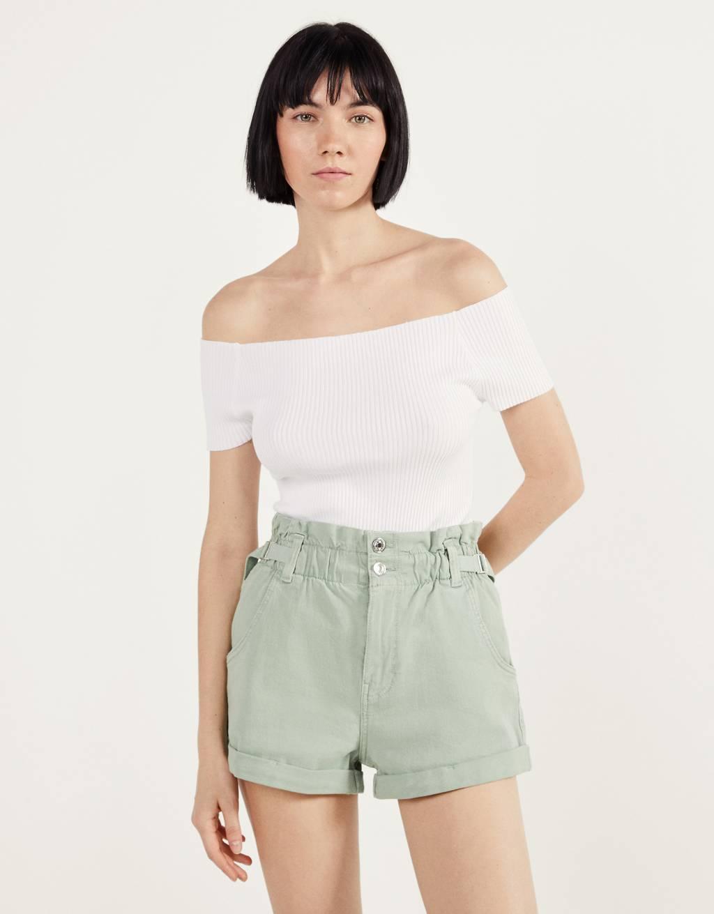 Pantalón curto con cintura elástica e presillas