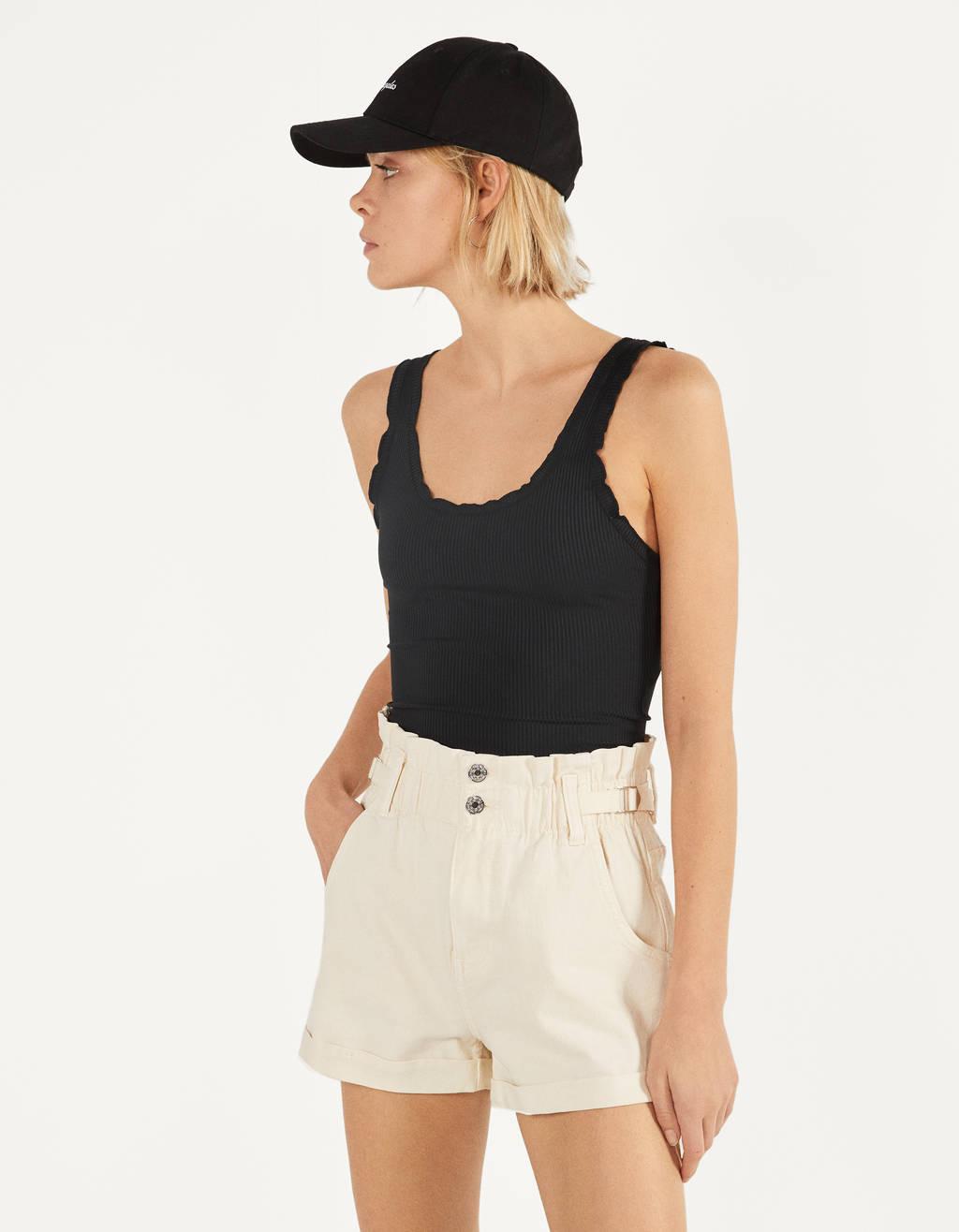 Kratke hlače z elastičnim pasom in zaponko za pas.