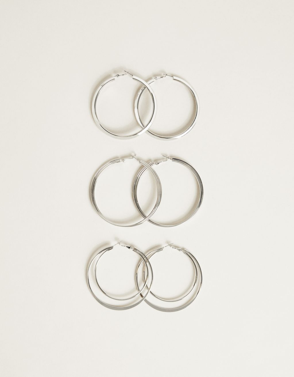 Set of maxi hoop earrings