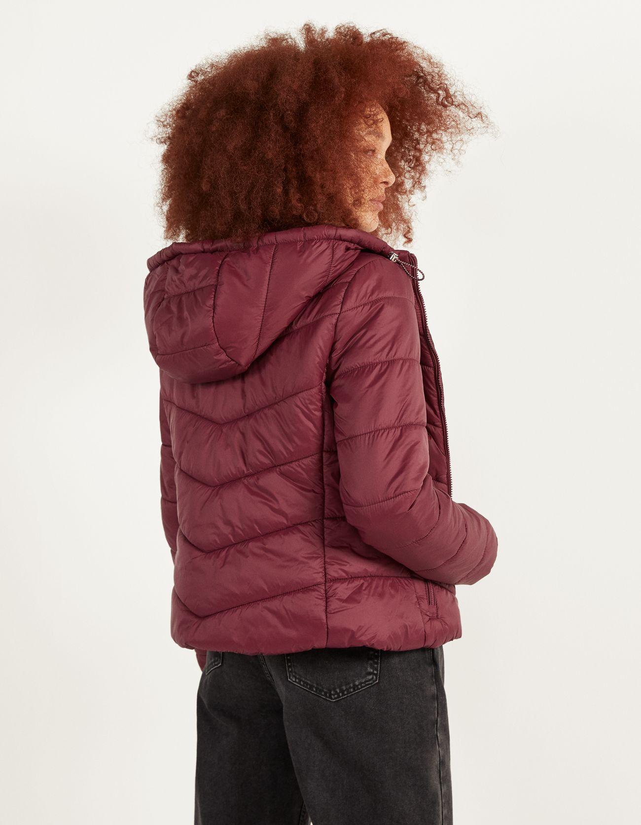 Стеганая куртка с капюшоном Гранатовый Bershka