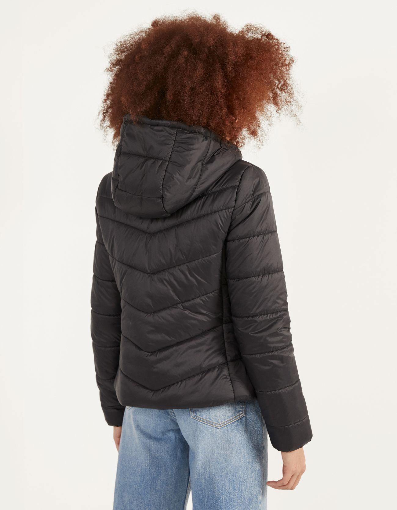 Стеганая куртка с капюшоном Черный Bershka