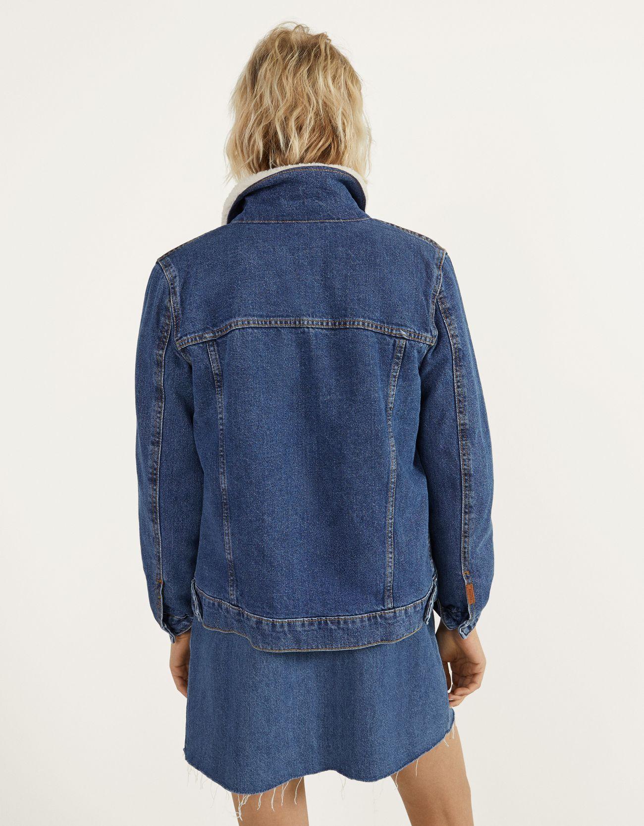 Джинсовая куртка с отделкой из искусственной овчины СИНИЙ Bershka