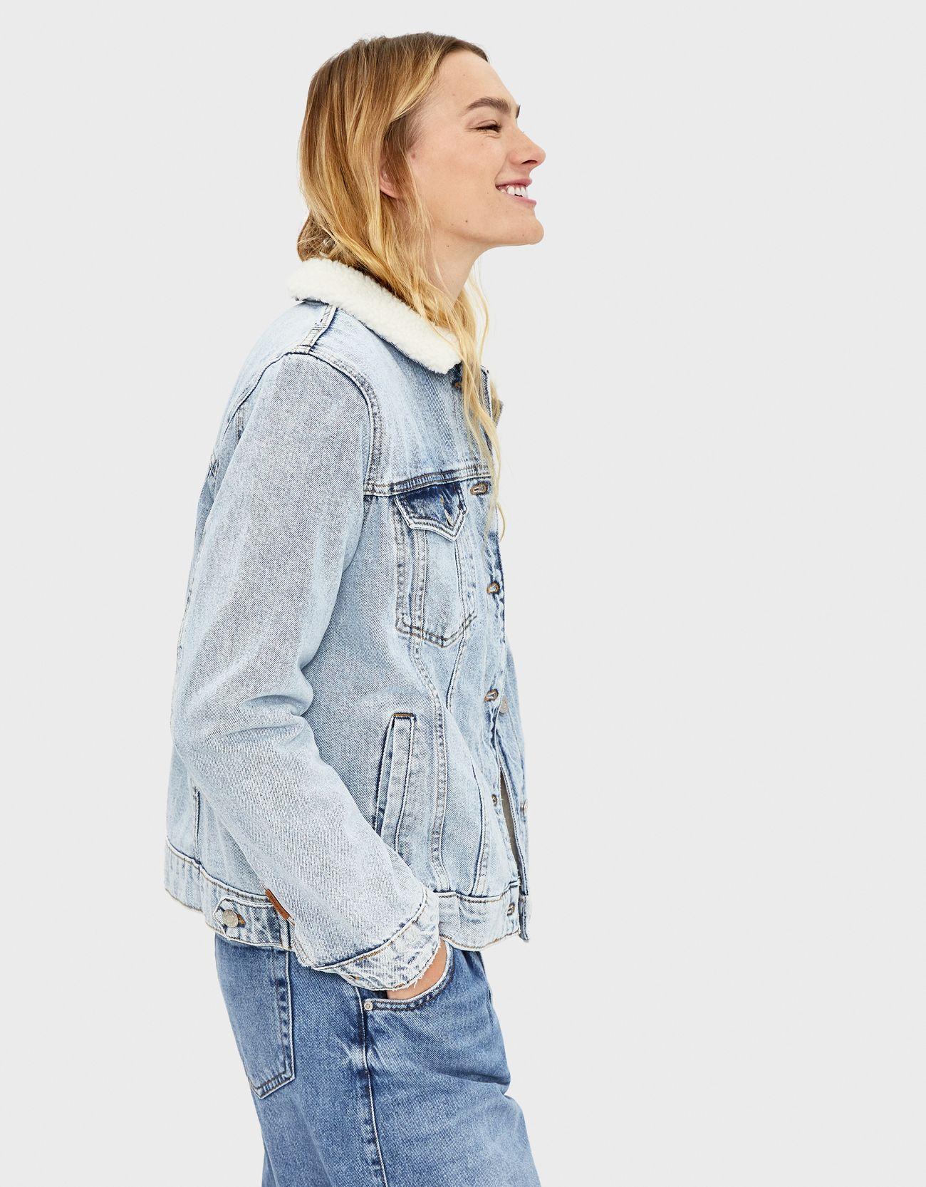 Джинсовая куртка с отделкой из искусственной овчины Голубой Bershka