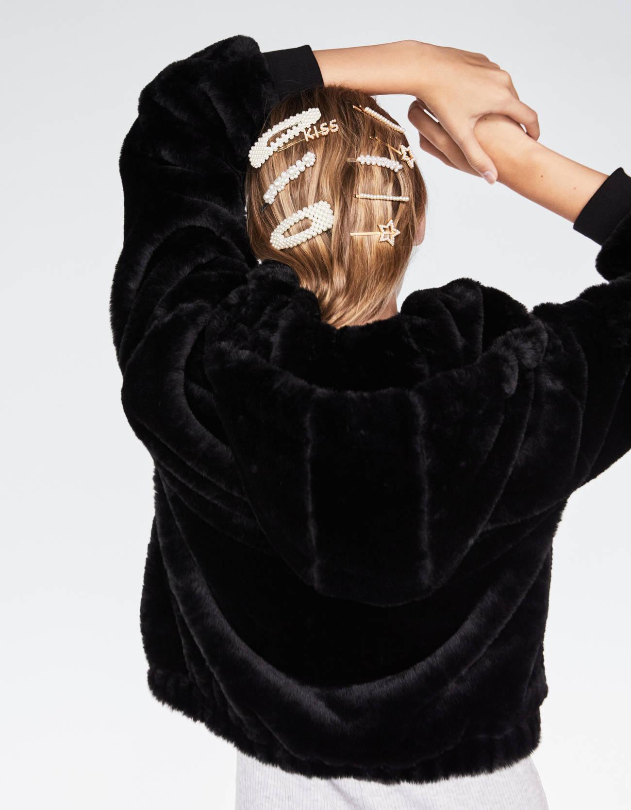 Куртка из искусственного меха с капюшоном ЧЕРНЫЙ Bershka