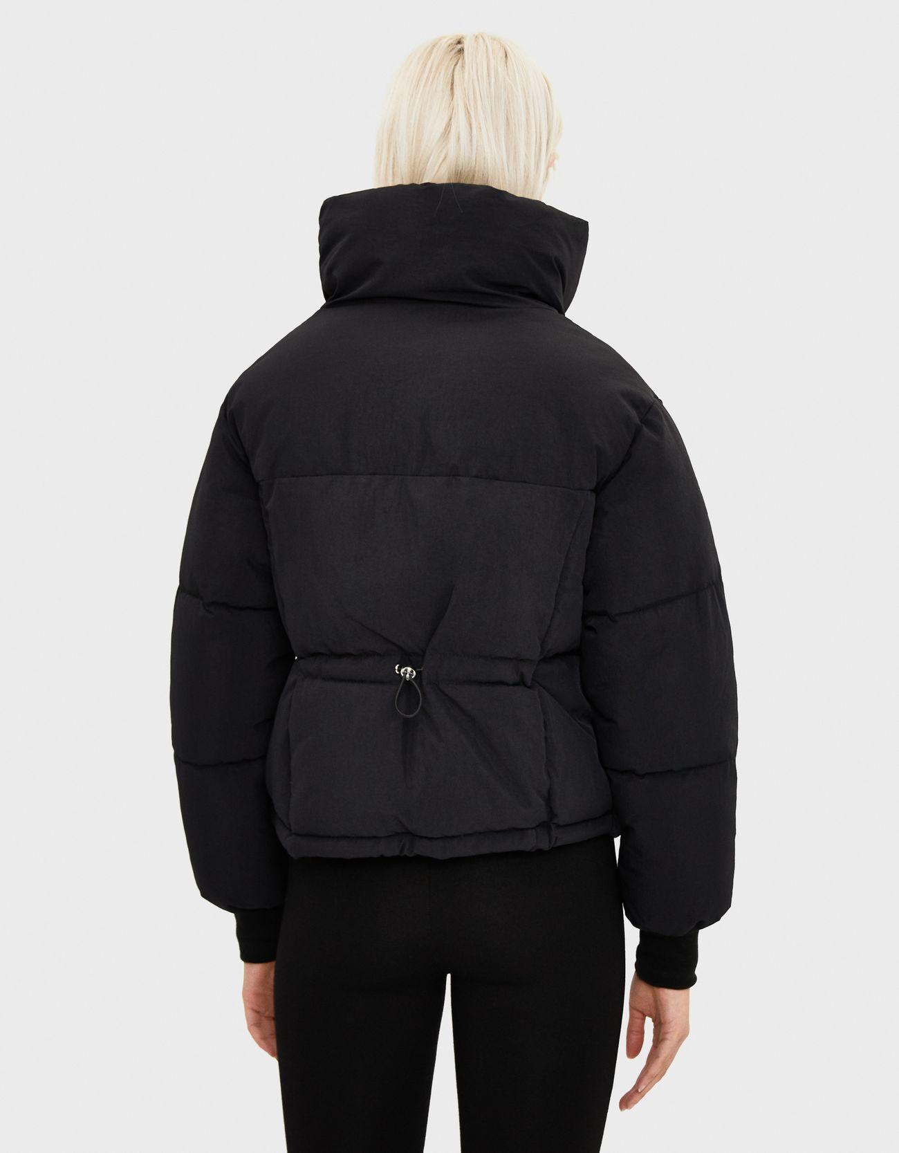Стеганая куртка из нейлона ЧЕРНЫЙ Bershka