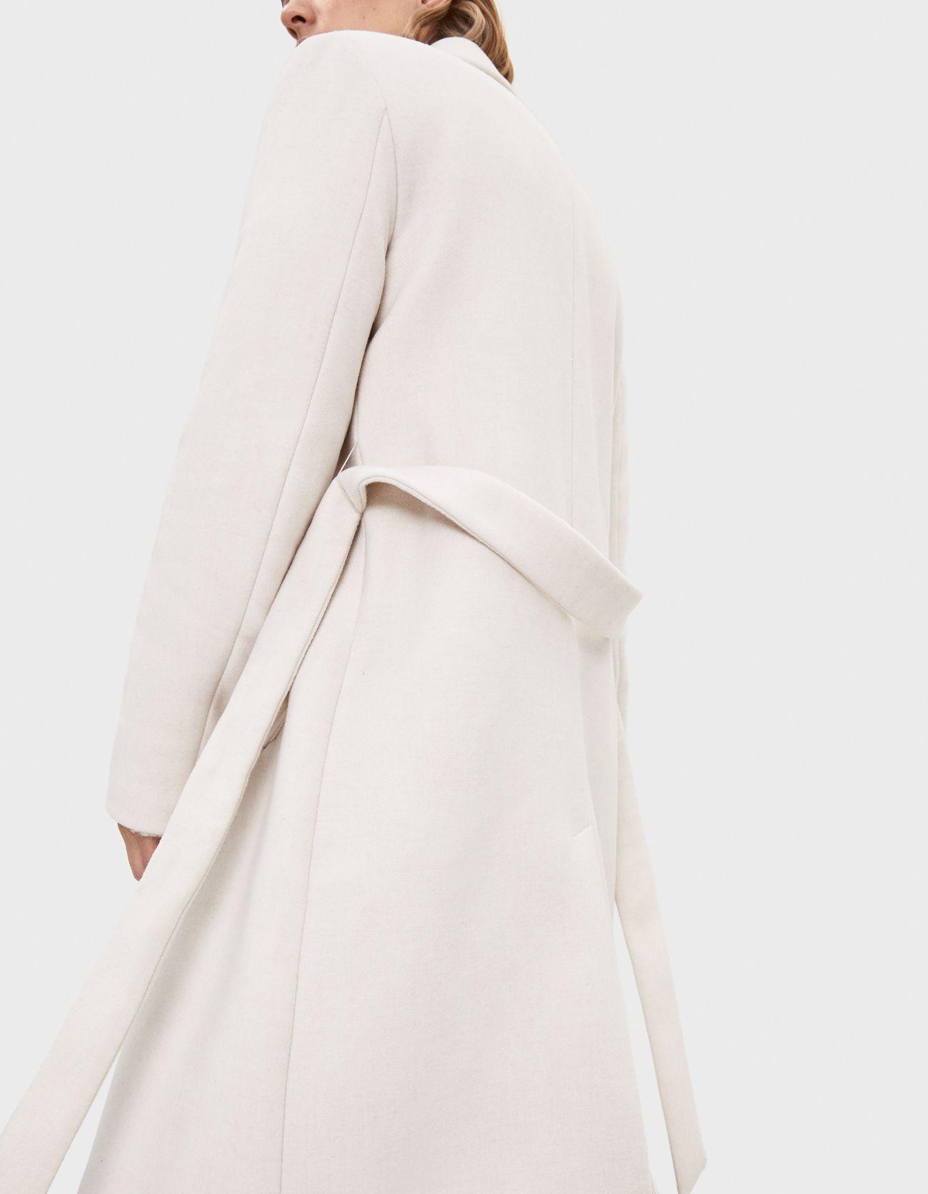 Пальто из шерстяной ткани с поясом Бежевый Bershka