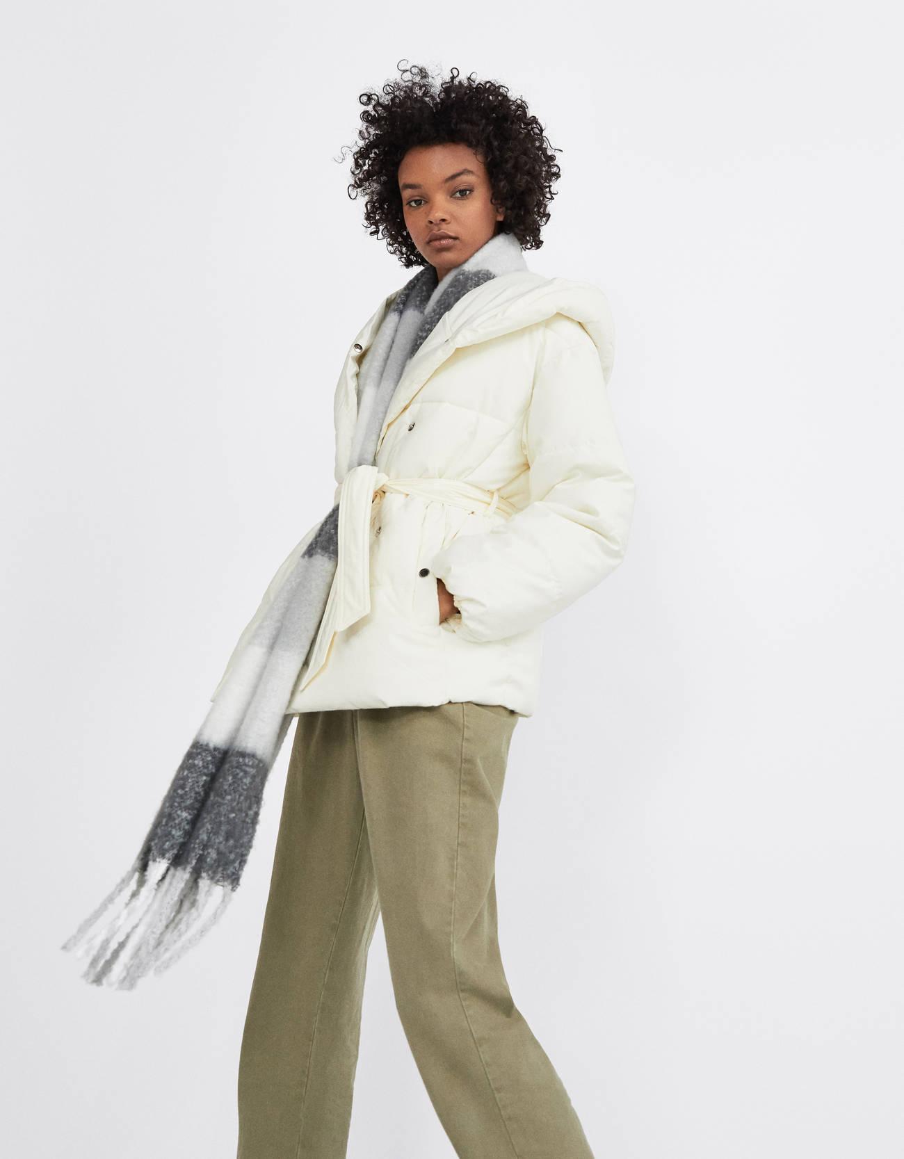 Стеганое пальто с поясом Белый Bershka