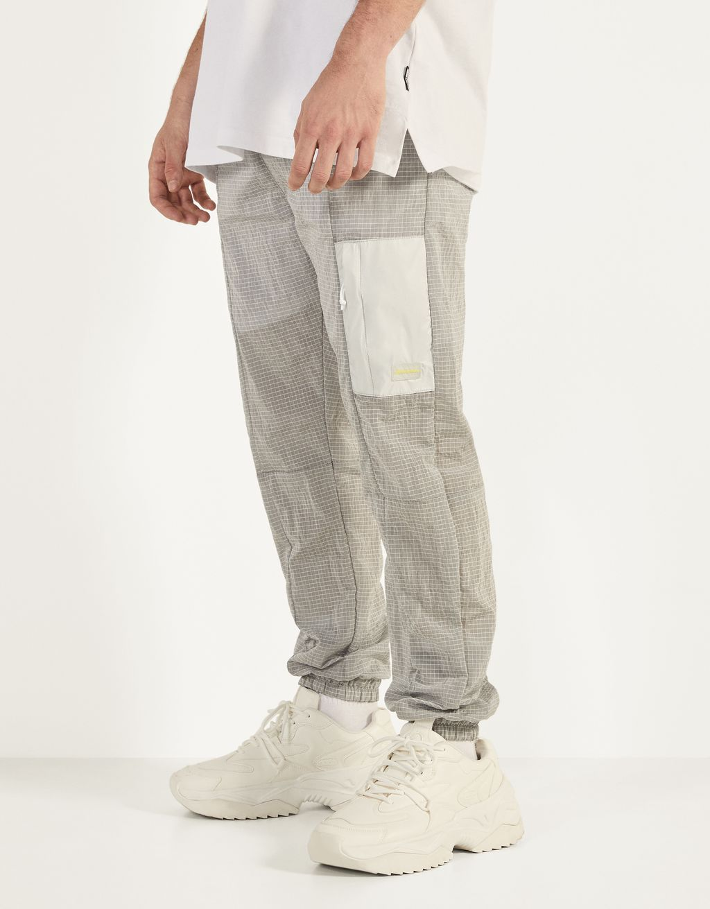 Jogging trousers with a reflective pocket