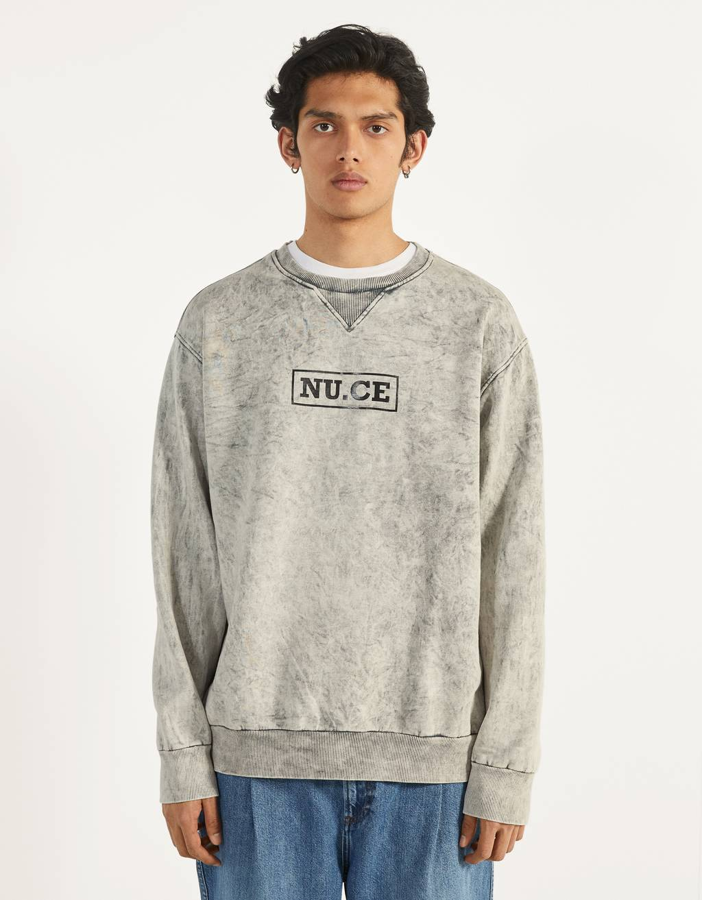 Sweatshirt com acid wash e estampado