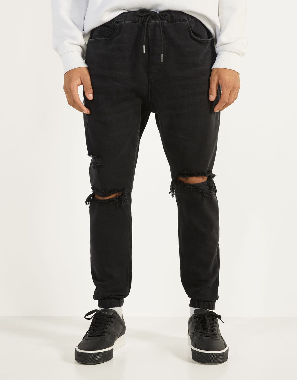 Jeans jogger con rotos
