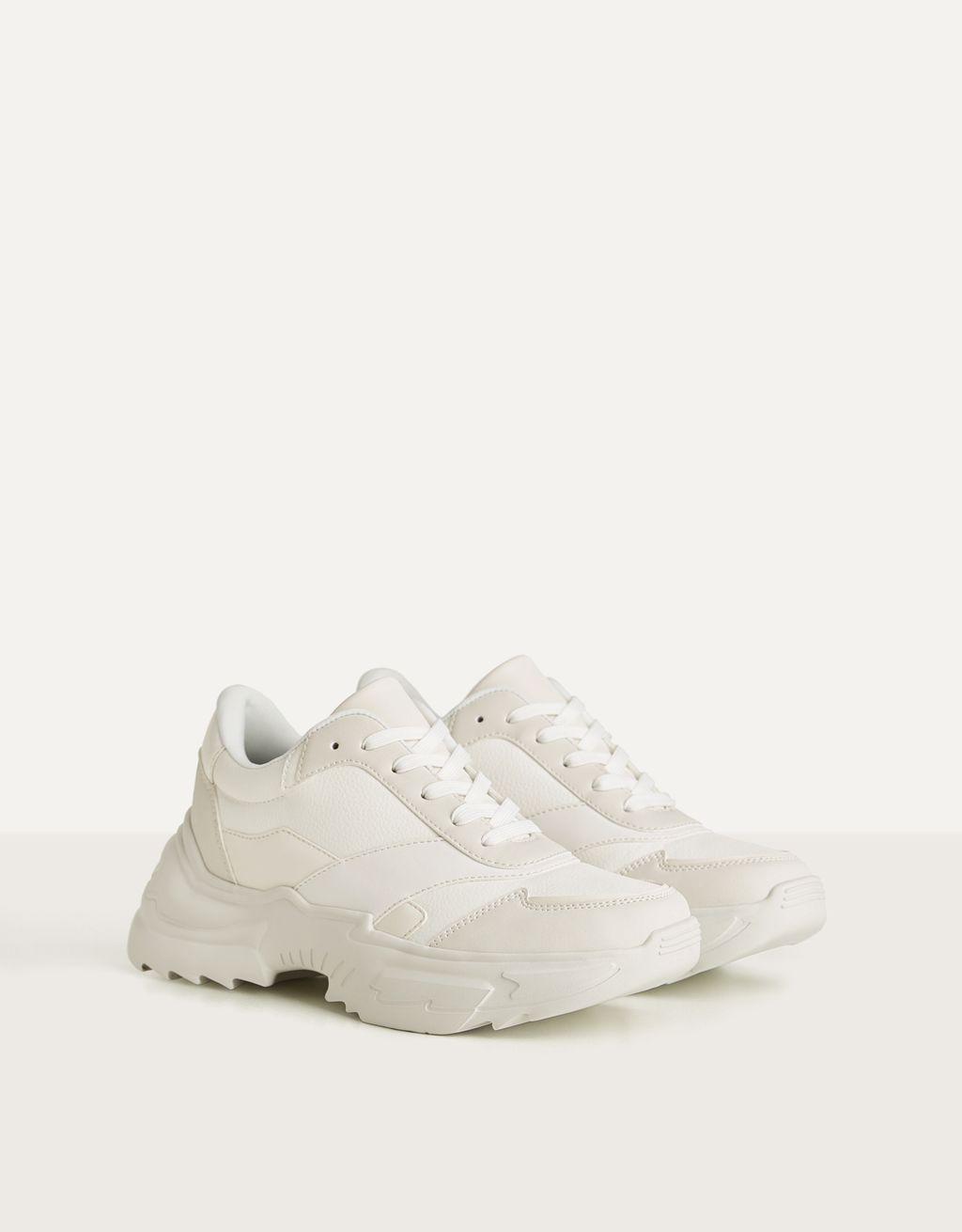 Sneakers met sleehak.
