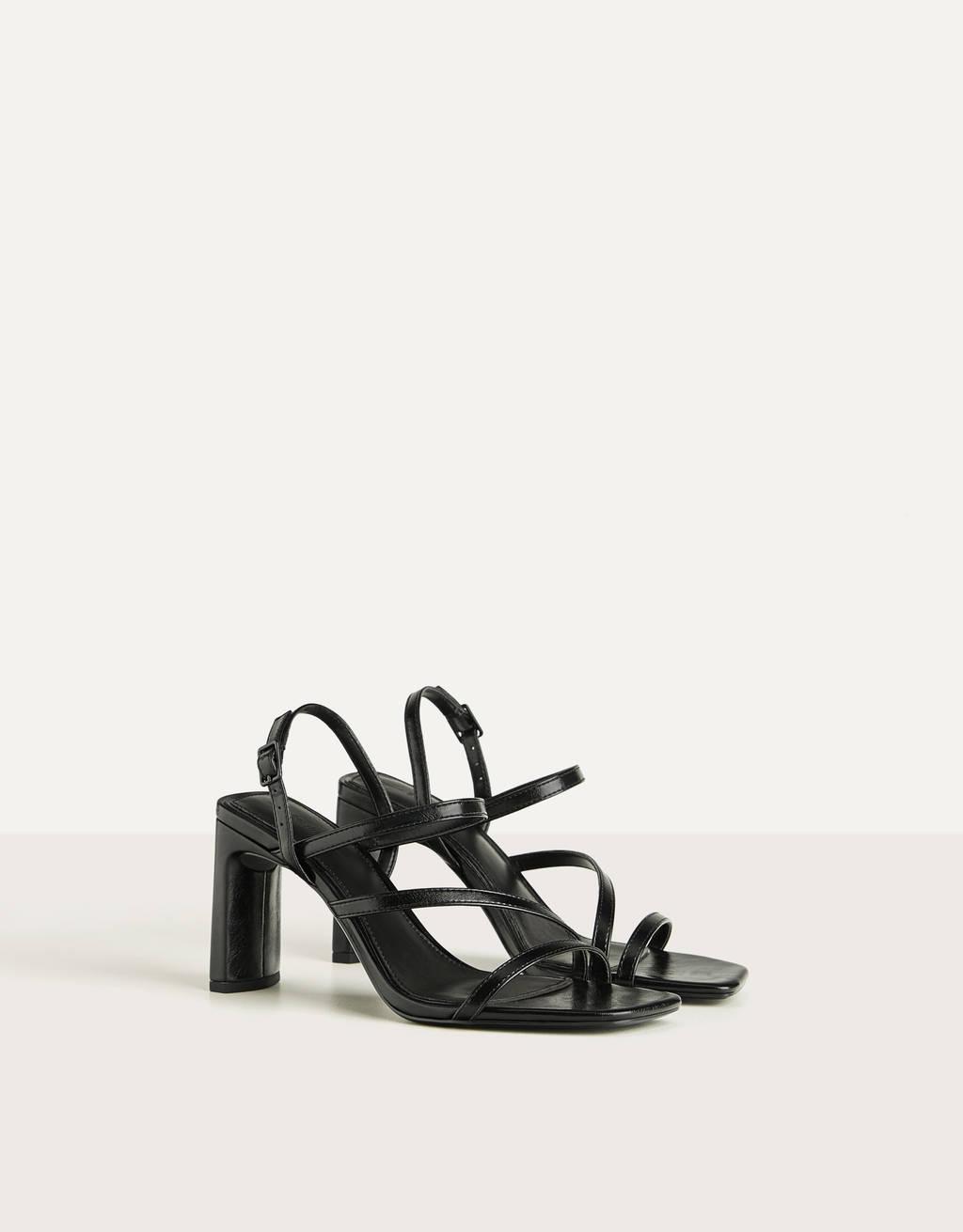 Sandaler med hæl og remme