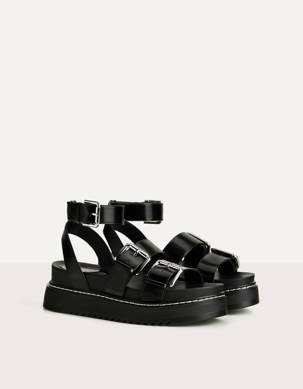 Sandaler med plateausåler og remme med spænder