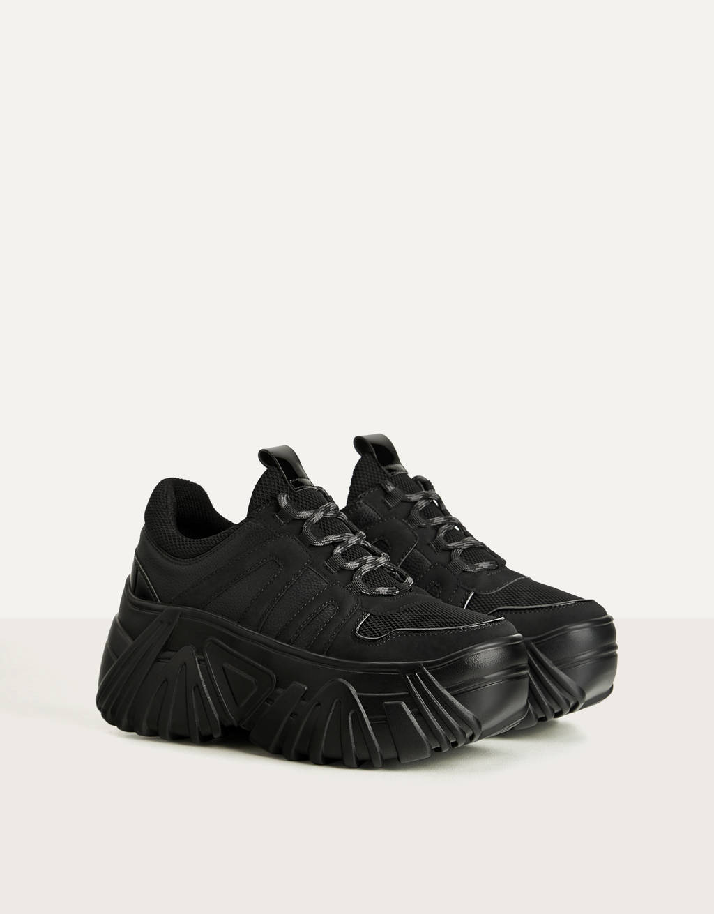 Monochrome sneakers met plateauzool