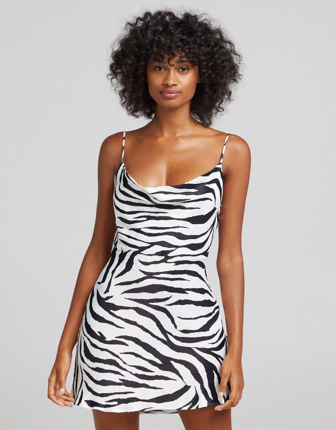 Короткое платье из сатина с принтом «Зебра» Белый/Черный Bershka