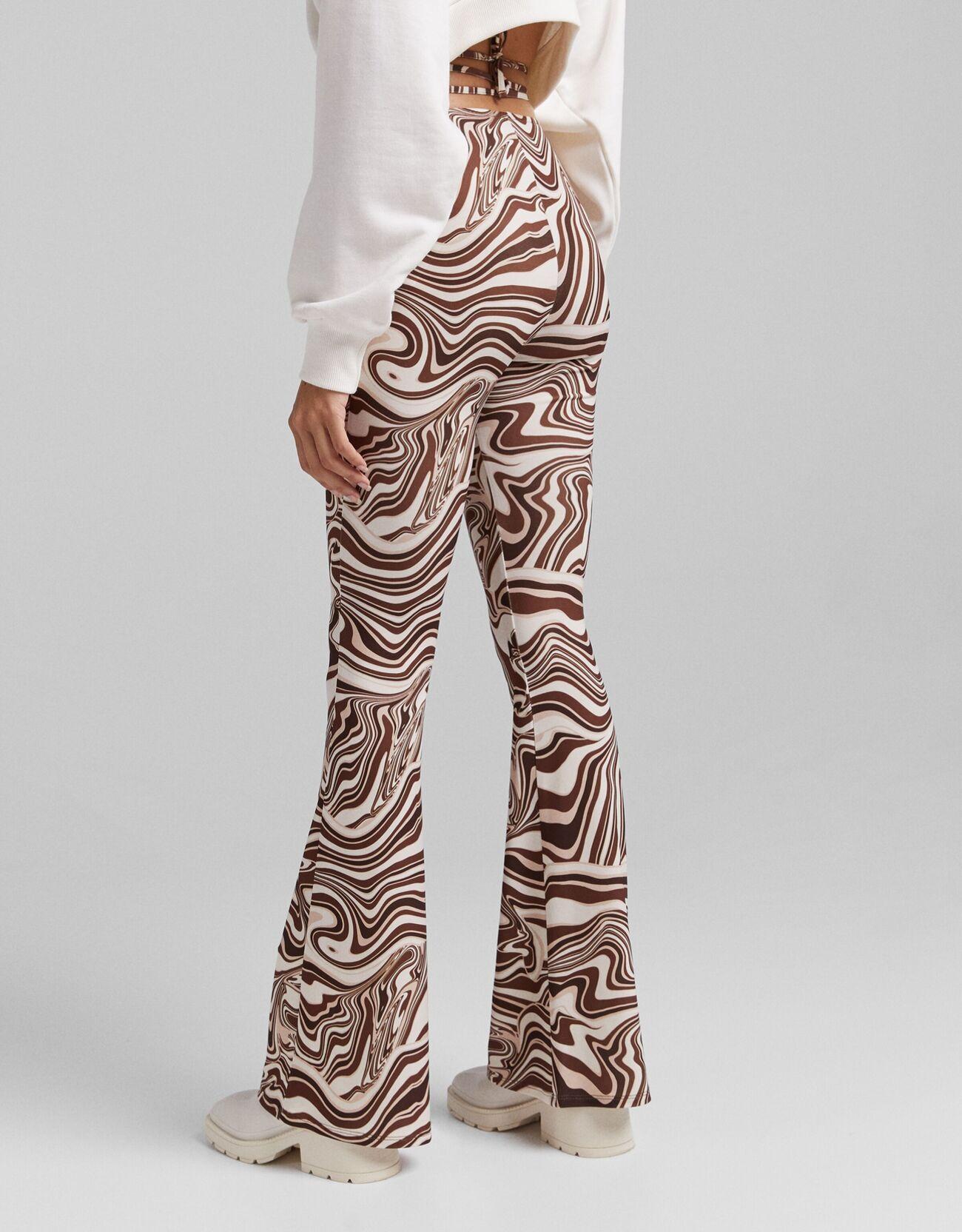 Расклешенные брюки с принтом и кольцом Κоричневый Bershka