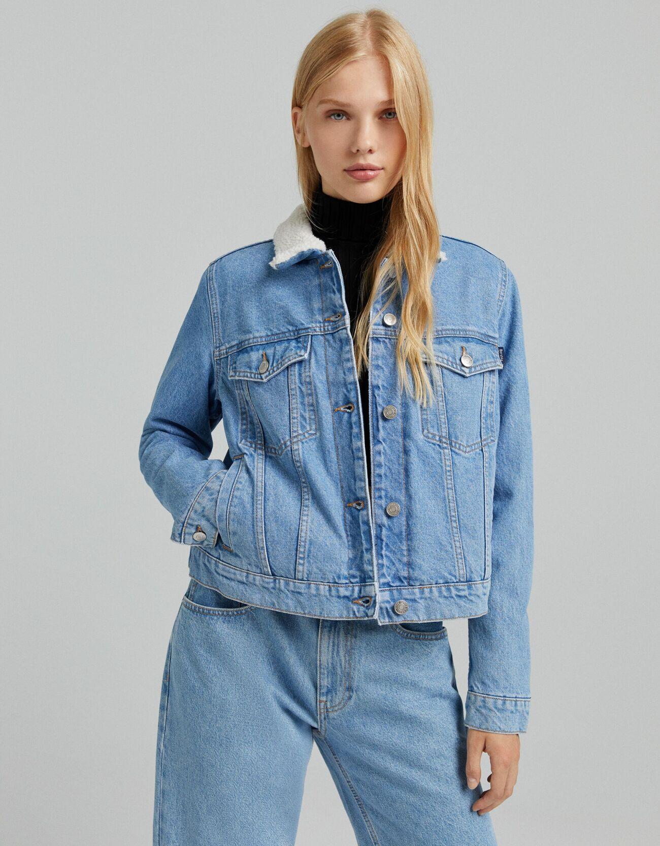Укороченная джинсовая куртка с подкладкой из искусственной овчины Синий застиранный Bershka