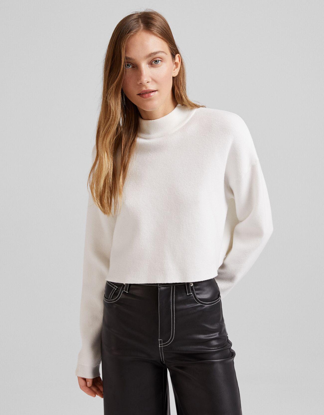 Укороченный свитер с высоким воротником Белый Bershka
